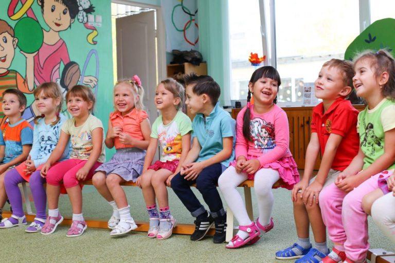 Kinder lernen Englisch im Kita-Alltag